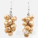 金色染色珍珠耳环