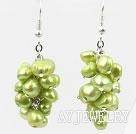 草绿色染色珍珠耳环