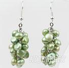 浅色橄榄绿染色珍珠耳环