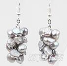 浅灰色染色珍珠耳环